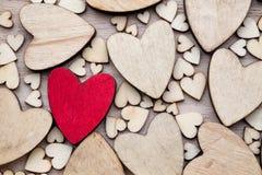 Corazones de madera, un corazón rojo en el fondo del corazón Fotografía de archivo
