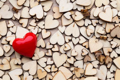 Corazones de madera, un corazón rojo en el fondo del corazón Fotos de archivo libres de regalías