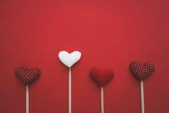 Corazones de papel coloridos en línea como regalo para el día del ` s de la tarjeta del día de San Valentín Imagen de archivo