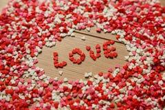 Corazones de papel dispersados del día de tarjetas del día de San Valentín de tarjeta de felicitación imagenes de archivo