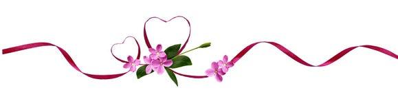 Corazones de seda rosados de la cinta y pequeñas flores para el día del ` s de la tarjeta del día de San Valentín Fotos de archivo