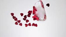 Corazones de Valentins del amor que derriten de un cubo de hielo almacen de metraje de vídeo