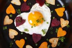 Corazones de zanahorias, de patatas, de remolachas y de huevos Fotografía de archivo libre de regalías
