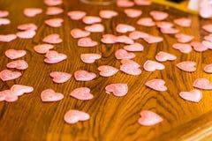 Corazones decorativos de la tarjeta del día de San Valentín en la tabla Fotos de archivo libres de regalías