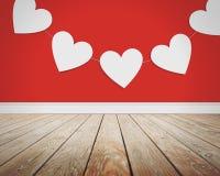 Corazones del amor del día de tarjeta del día de San Valentín en fondo rojo Fotos de archivo libres de regalías