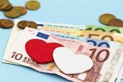 Corazones del amor en el dinero euro Fotografía de archivo