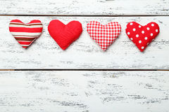 Corazones del amor en el fondo de madera blanco Foto de archivo