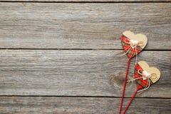 Corazones del amor en el fondo de madera gris Imagenes de archivo