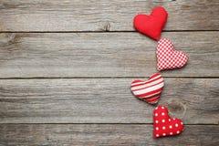 Corazones del amor en el fondo de madera gris Fotografía de archivo libre de regalías