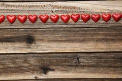 Corazones del amor en el fondo de madera marrón Foto de archivo libre de regalías