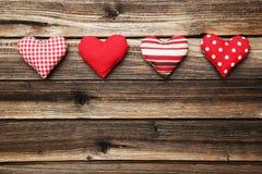 Corazones del amor en el fondo de madera marrón Foto de archivo