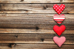 Corazones del amor en el fondo de madera marrón Fotos de archivo