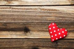 Corazones del amor en el fondo de madera marrón Imagen de archivo libre de regalías
