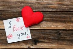 Corazones del amor en el fondo de madera marrón Fotografía de archivo