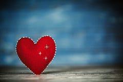 Corazones del amor en fondo de madera de la textura Concepto de la tarjeta del día de tarjetas del día de San Valentín Corazón pa Fotografía de archivo