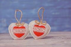 Corazones del amor en fondo de madera de la textura Concepto de la tarjeta del día de tarjetas del día de San Valentín Corazón pa Imagenes de archivo