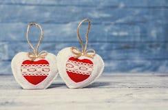 Corazones del amor en fondo de madera de la textura Concepto de la tarjeta del día de tarjetas del día de San Valentín Corazón pa Imagen de archivo libre de regalías