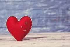 Corazones del amor en fondo de madera de la textura Concepto de la tarjeta del día de tarjetas del día de San Valentín Corazón pa Fotografía de archivo libre de regalías