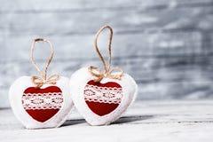 Corazones del amor en fondo de madera de la textura Concepto de la tarjeta del día de tarjetas del día de San Valentín Corazón pa Foto de archivo