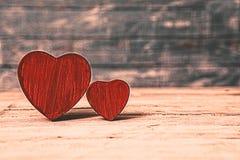 Corazones del amor en fondo de madera de la textura Concepto de la tarjeta del día de tarjetas del día de San Valentín Corazón pa Imágenes de archivo libres de regalías