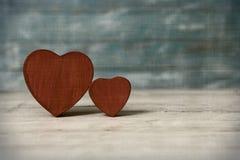 Corazones del amor en fondo de madera de la textura Concepto de la tarjeta del día de tarjetas del día de San Valentín Corazón pa Foto de archivo libre de regalías