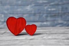Corazones del amor en fondo de madera de la textura Concepto de la tarjeta del día de tarjetas del día de San Valentín Corazón pa Fotos de archivo libres de regalías