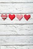 Corazones del amor en un fondo de madera blanco Imagen de archivo