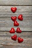 Corazones del amor en un fondo de madera gris Foto de archivo