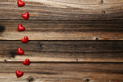 Corazones del amor en un fondo de madera marrón Imágenes de archivo libres de regalías