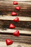 Corazones del amor en un fondo de madera marrón Foto de archivo