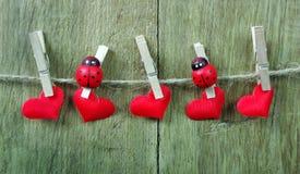 Corazones del amor que cuelgan en cuerda en un fondo de madera Concepto del amor Corazón verde estilizado de la ilustración del v imágenes de archivo libres de regalías