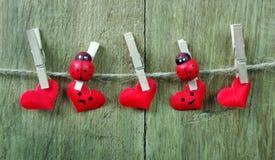 Corazones del amor que cuelgan en cuerda en un fondo de madera Concepto del amor Corazón verde estilizado de la ilustración del v foto de archivo libre de regalías