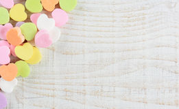 Corazones del caramelo de la tarjeta del día de San Valentín en esquina Foto de archivo libre de regalías