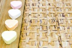 Corazones del caramelo de madera y tejidos Fotos de archivo libres de regalías