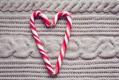 Corazones del caramelo del día de tarjeta del día de San Valentín en un fondo de madera Imágenes de archivo libres de regalías