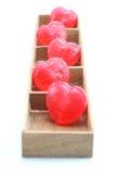 Corazones del caramelo en la caja de madera Fotografía de archivo