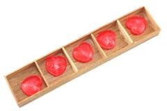 Corazones del caramelo en la caja de madera Foto de archivo libre de regalías