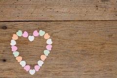 Corazones del caramelo en la madera del granero foto de archivo