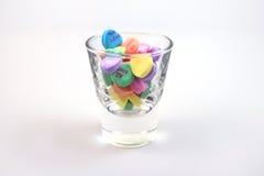 Corazones del caramelo en un vidrio imagen de archivo