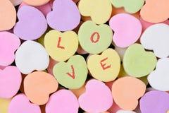 Corazones del caramelo macros con el AMOR explicado Fotografía de archivo libre de regalías