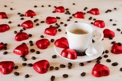 Corazones del chocolate y granos de café en una tabla Fotografía de archivo libre de regalías