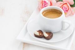 Corazones del chocolate y taza de café express para el día de tarjeta del día de San Valentín Fotografía de archivo