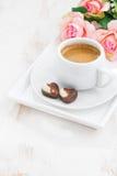 Corazones del chocolate y taza de café express para el día de tarjeta del día de San Valentín Foto de archivo
