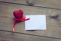 Corazones del día de tarjeta del día de San Valentín en un fondo de madera Fotografía de archivo libre de regalías