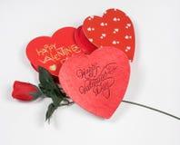 Corazones del día del ` s de la tarjeta del día de San Valentín con Rose de seda roja Imagen de archivo