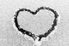 Corazones del dibujo en la nieve Imágenes de archivo libres de regalías