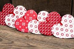 Corazones del fondo del día de tarjetas del día de San Valentín, rojos y blancos en backgr de madera foto de archivo libre de regalías