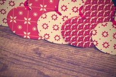 Corazones del fondo del día de tarjetas del día de San Valentín, rojos y blancos en backgr de madera imágenes de archivo libres de regalías