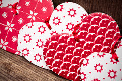 Corazones del fondo del día de tarjetas del día de San Valentín, rojos y blancos en backgr de madera imagen de archivo