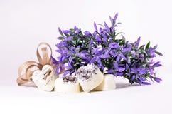 Corazones del jabón de la lavanda del balneario con las flores Fotos de archivo